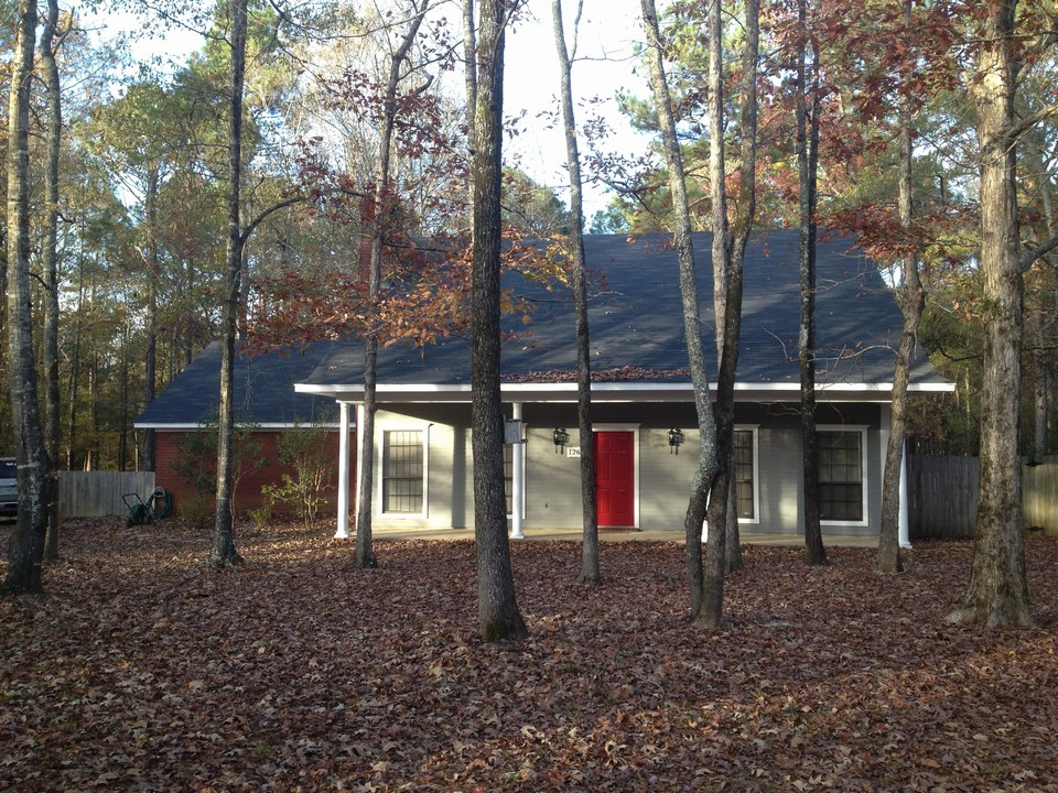super country home/ new inside and out updates!!! new roof, new paint, great 2.24 acres in the country